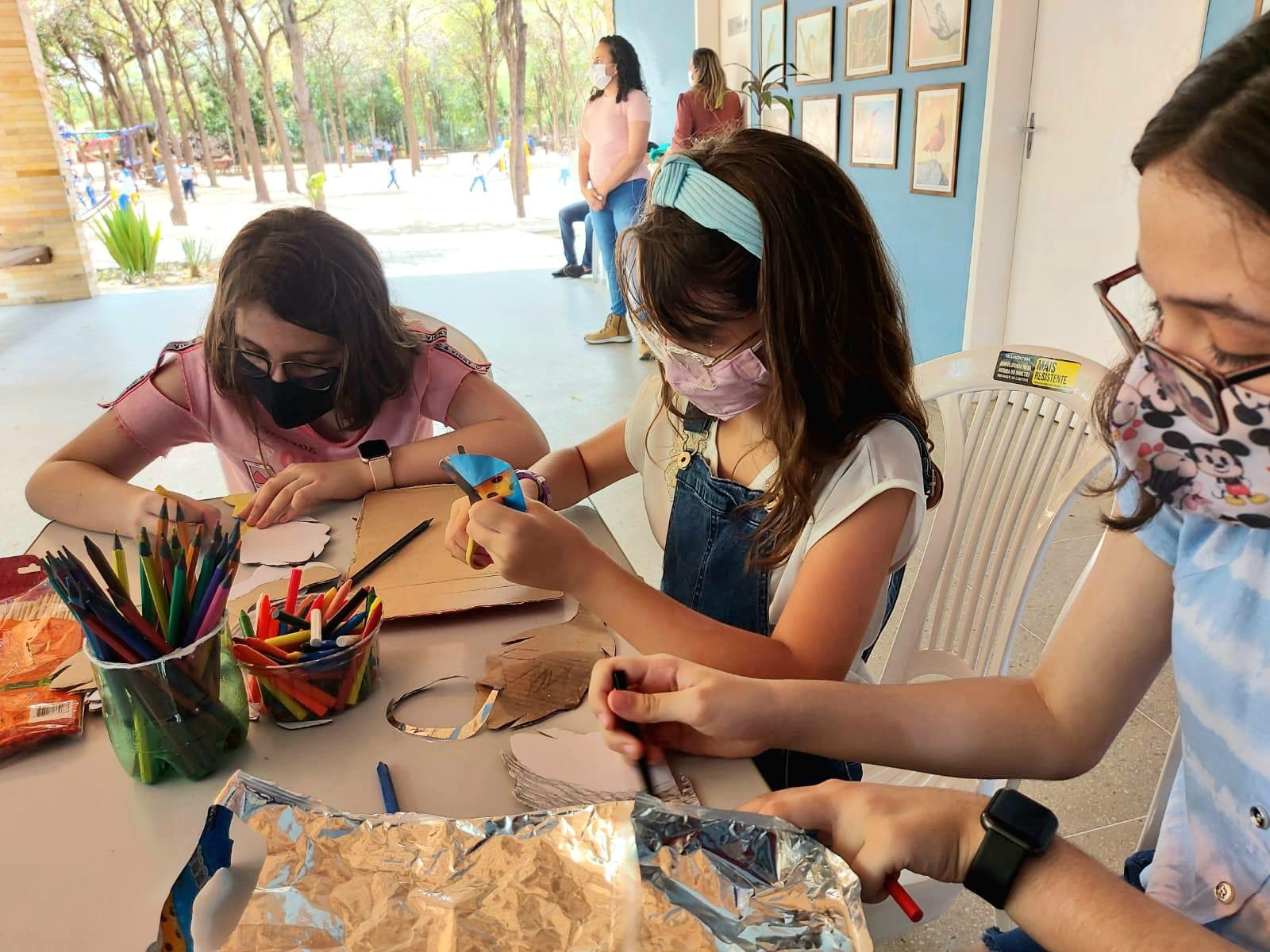 Crianças participam de oficina sobre brinquedos sustentáveis