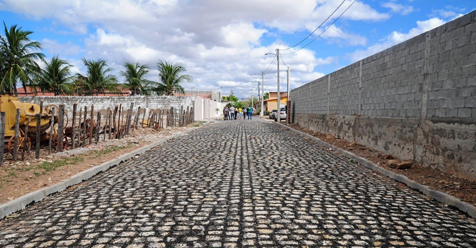 Ruas dos Pereiros recebem pavimentação e iluminação de LED