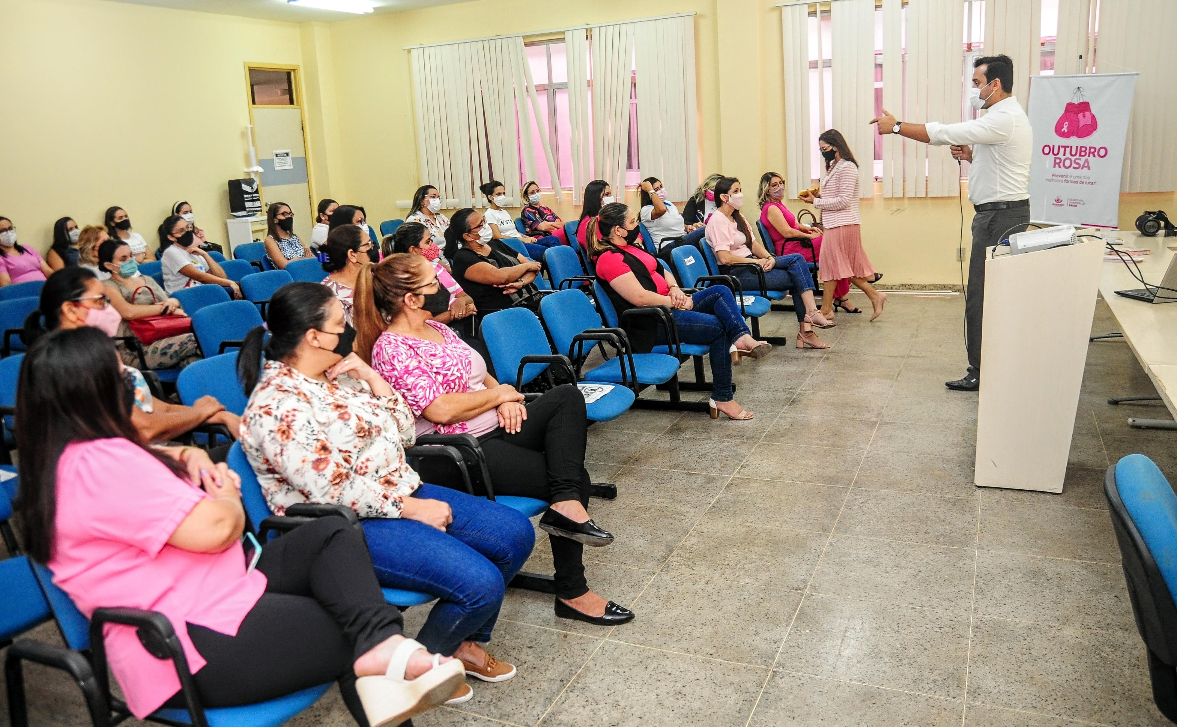 Mulheres da Assistência Social participam de evento de combate ao câncer de mama