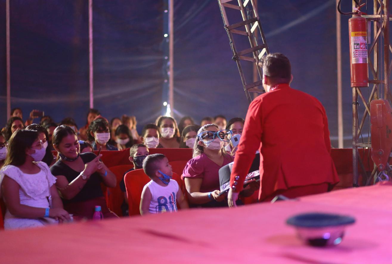 Crianças assistidas pelos equipamentos sociais têm tarde de diversão no circo