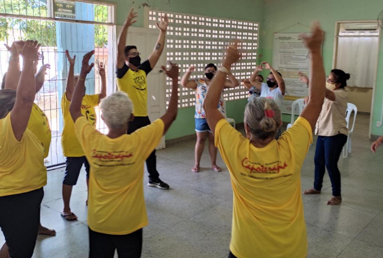 CRAS Alto de São Manoel realiza capoterapia para idosos e colaboradores