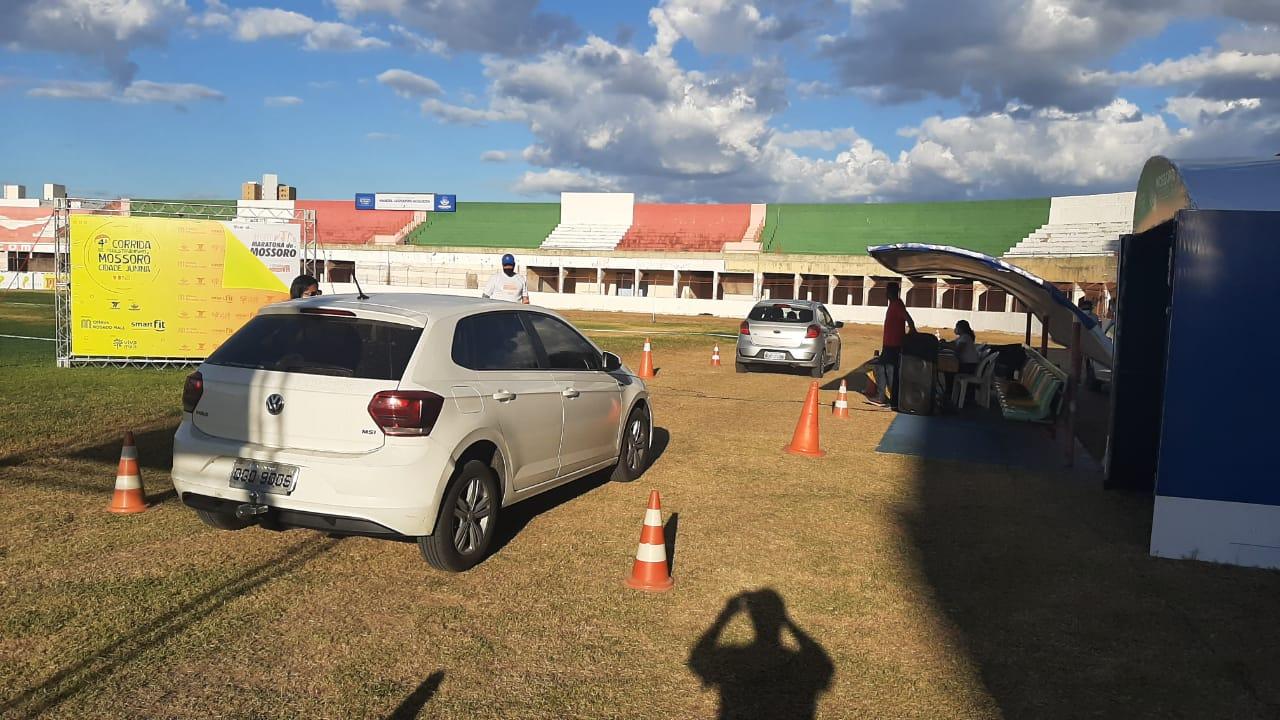 Participantes da Corrida Mossoró Cidade Junina recebem medalhas em sistema de Drive Thru no Nogueirão