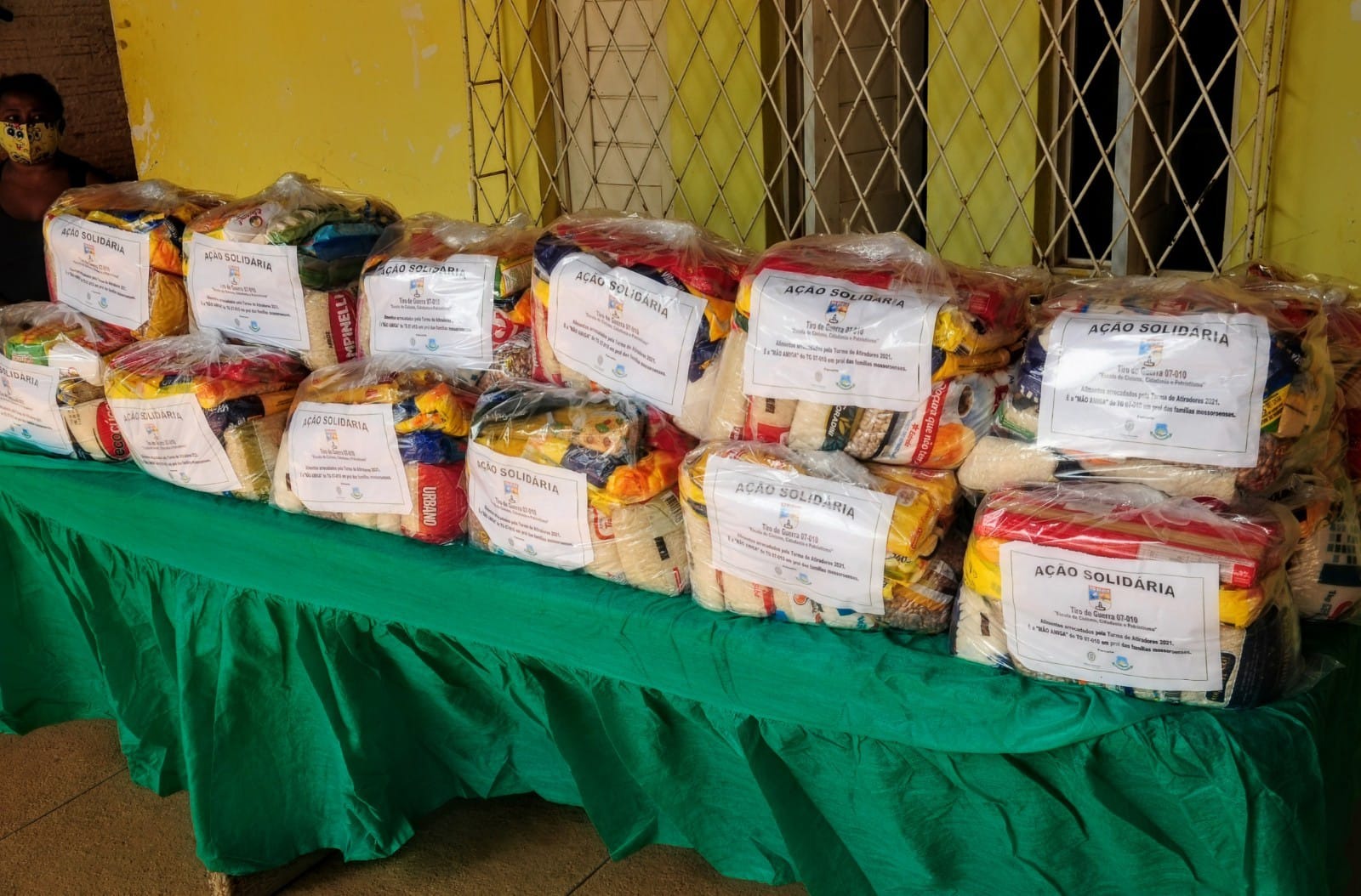 Ação solidária oferta complementação alimentar para famílias no Quixabeirinha