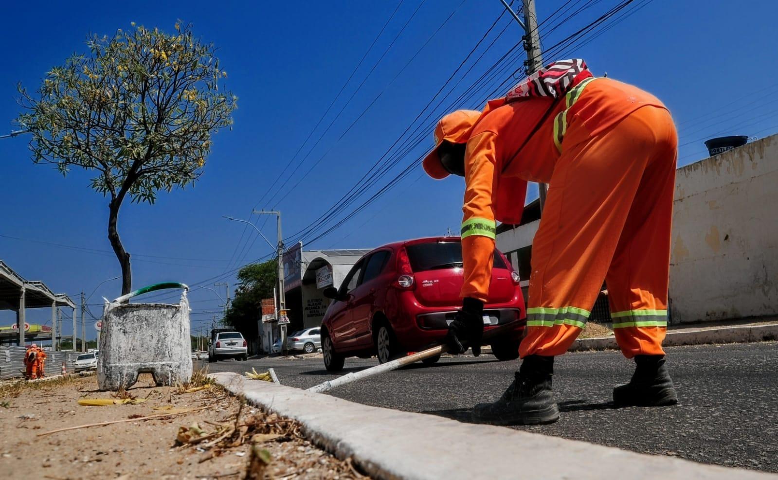 """Equipes do """"Mossoró Limpa"""" realizam serviços na Avenida Coelho Neto"""